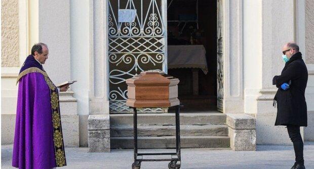 """""""Коронавирус убивает дважды"""", — работник бюро ритуальных услуг раскрыл страшную правду"""