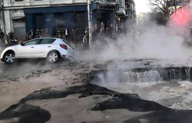 Як у фільмі жахів: у Києві автомобіль провалився в озеро окропу, - з'явилося моторошне відео НП