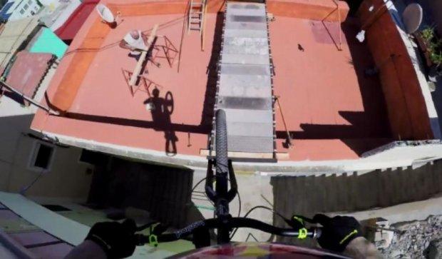 Велоэкстремал прыгает по крышам домов