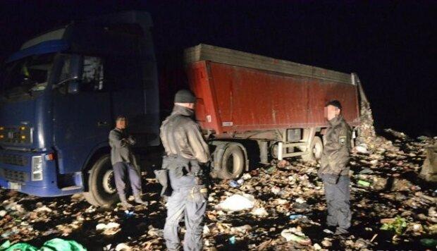 На Житомирщині спіймали фури зі сміттям Садового - захламив пів України