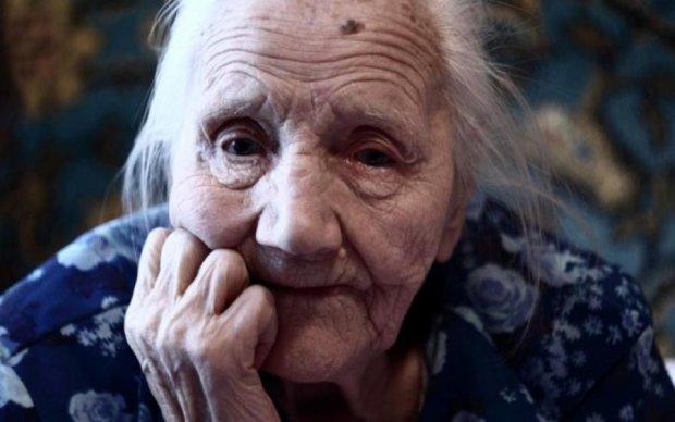 Коллекторы ворвались в дом старушки и глумились над ее нищетой: в сети требуют расправы