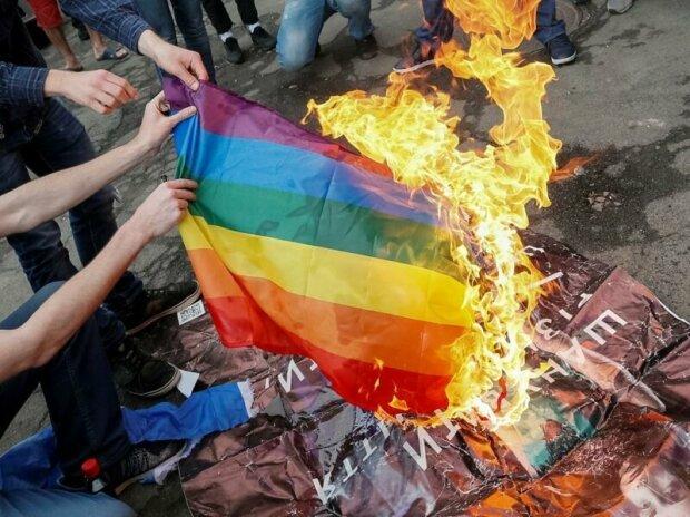 сожжение флага ЛГТБ, фото из свободных источников