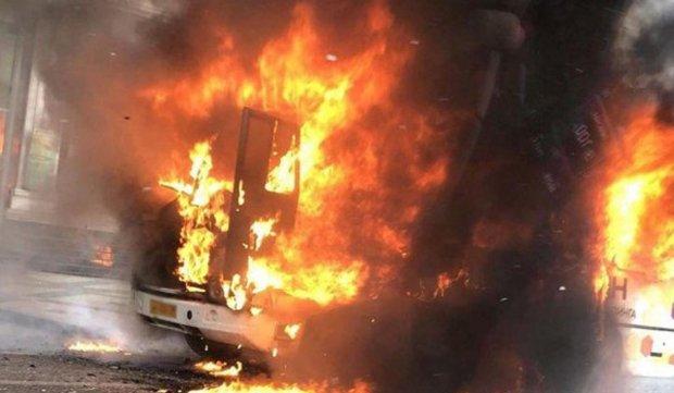"""У Києві спалахнула маршрутка, люди вистрибували на ходу: """"видеопривіт"""" для Кличка"""
