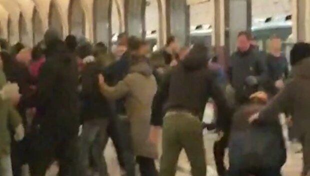 """Фанати """"Динамо"""" влаштували жорстоку пастку для суперників, відео бійки в метро"""