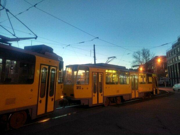 В Днепре грузовик протаранил трамвай с пассажирами — улицы перекрыты, есть пострадавшая