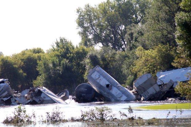 У США обвалився міст разом з потягом: в мережі з'явилося відео катастрофи