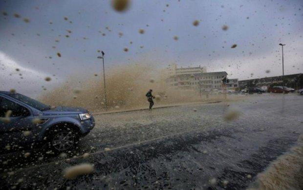 Люта стихія влаштувала в Києві масштабний потоп: відео