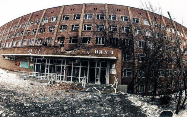 Кирпичи на голову падают: больница превратилась в самое опасное место для детей