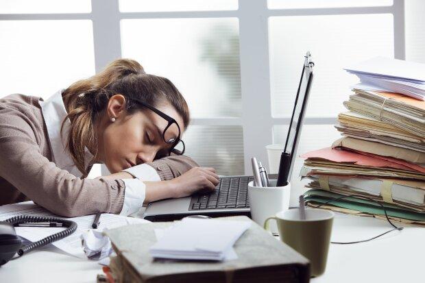 Головний біль і втома: 5 продуктів, через які ви спите на роботі