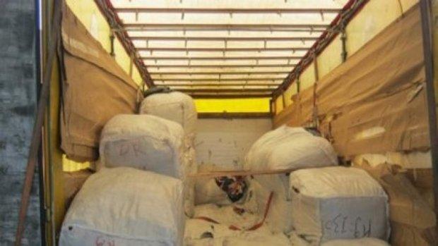 Контрабандисты везли полторы тонны секонд-хенда в Украину