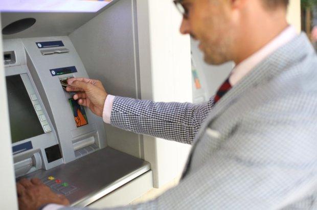 Чоловік обдурив банкомат і жив, як Каньє Уест: казино, особистий літак та відпочинок на островах