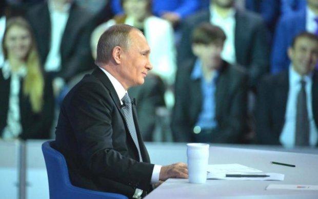 Полицейские посадили Путина на забор: видео