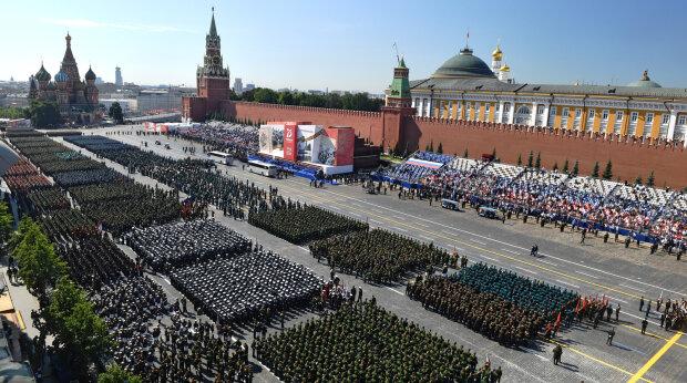 """Танк въехал в людей, россиян поздравили с началом войны, а Лукашенко назвал Москву """"столицей Родины"""" - что пошло не так на параде у Путина"""