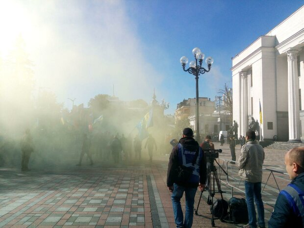 Верховну Раду затягнуло чорним димом: протестувальники оточили парламент і висунули вимоги