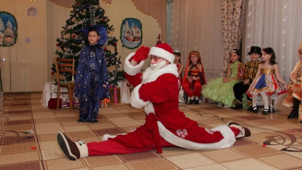 Зламав систему: в Запоріжжі дід Мороз на святі влаштував недитячі танці