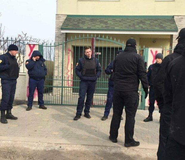 """В Одесі активісти """"прикрасили"""" будинок шкуродера, який задушив кота, почалась бійка"""