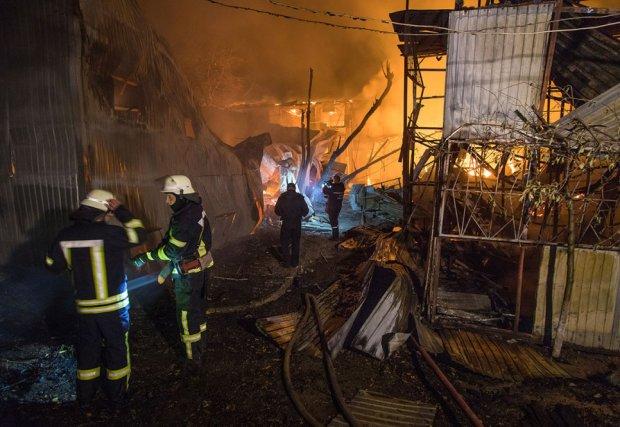 Адский пожар охватил берег Одессы, огонь уничтожил все