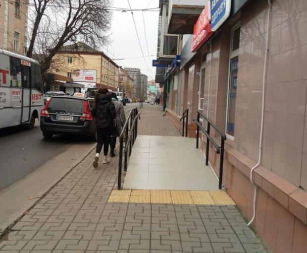 """У тернополян """"вкрали"""" тротуар, городяни киплять: """"для худеньких?"""""""