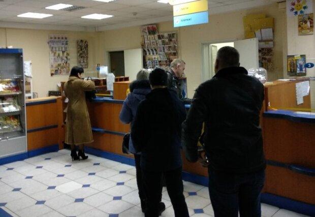 """""""Укрпочта"""" взвинтила тарифы до небес: сколько украинцам придется выложить за посылку"""