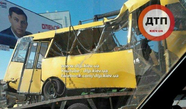 Под Киевом маршрутка столкнулась с легковушкой: есть пострадавшие (фото)