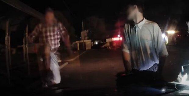 Украинец бросился на машину патрульной полиции: повторил удар Брюса Ли