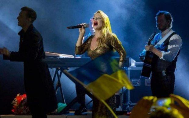 Тіну Кароль зустріли в Ізраїлі морем українських прапорів