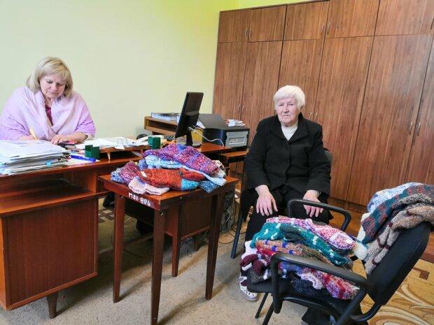 """Носки для героев: львовская пенсионерка """"обула"""" пол украинской армии, - настоящий подвиг"""