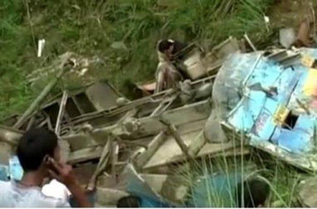 В Индии автобус с пассажирами упал в ущелье