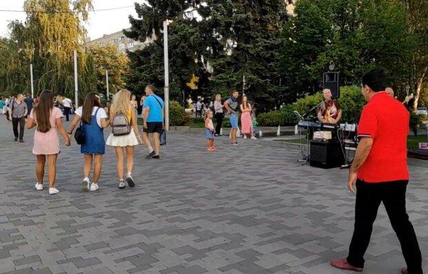 У Дніпрі біля садка бродить псих з ножем - люди бояться висунути носа на вулицю