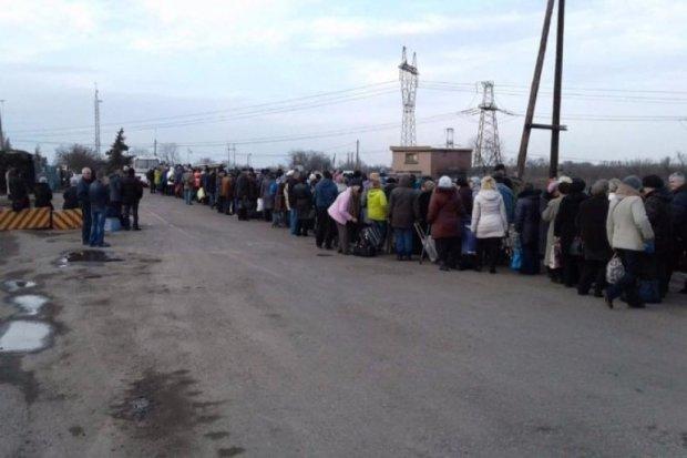На Донбассе в очередях умер человек: переход длиною в жизнь