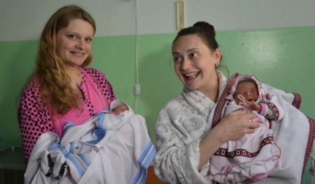 Новорожденным в Тернополе подарили вышиванки