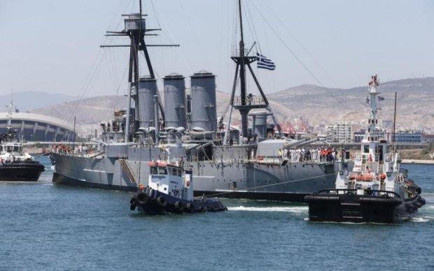 Поцелуй Лесбоса: торговцы взяли на абордаж военный корабль
