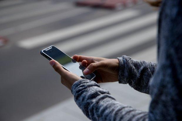 Сховай мобілу: українцям заборонять користуватися телефонами ще в одному місці