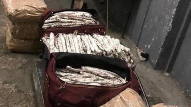 """Пограничники отобрали у прикарпатца 250 килограммов польской колбасы: """"Это моя зарплата!"""""""