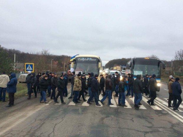 Проїхати неможливо: розлючені люди перекрили Одеську трасу.