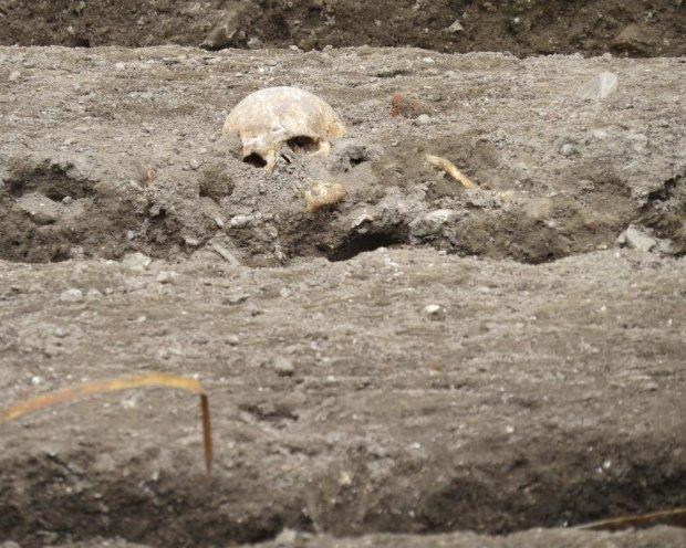 Українські археологи розповіли про незвичайну знахідку: валялася майже посеред склепу
