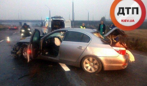 BMW врезался в ограждение под Киевом: пассажирка погибла (фото)