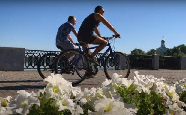 велосипедисты, скриншот из видео