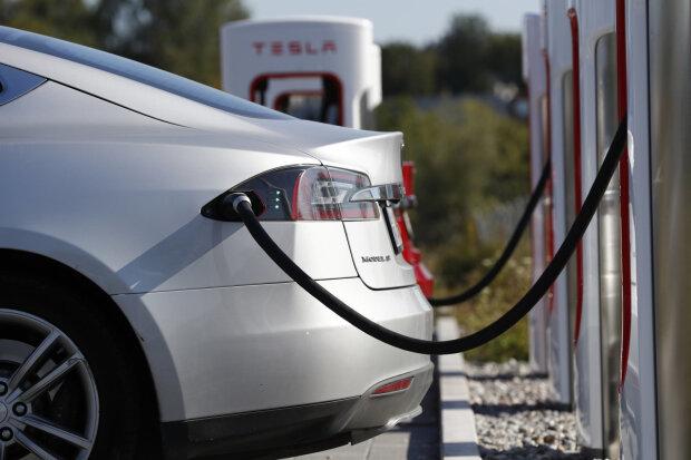 Порадуй свою Tesla: киевский вокзал оборудуют зарядками для электромобилей