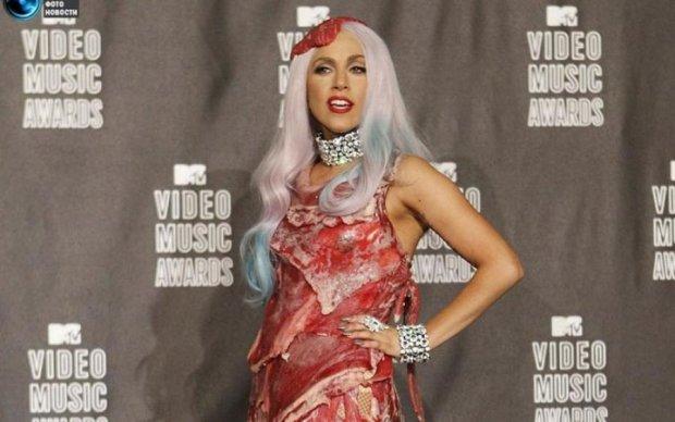 Голая Роуз и Леди Гага в мясе: самые эпатажные образы звезд на MTV Video Music Awards
