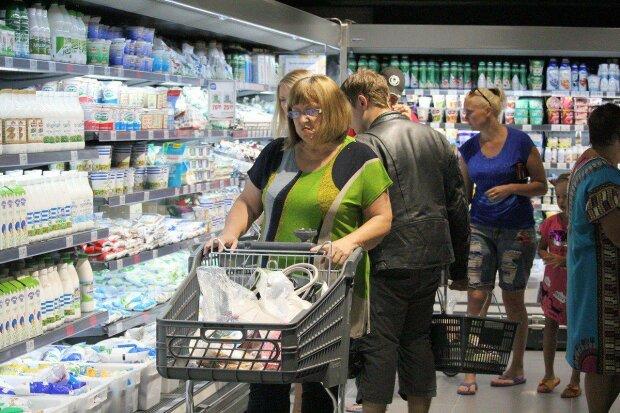 """Деньги в мусорку: АТБ впаривает покупателям """"второсорт"""", """"гнилой весь внутри"""""""