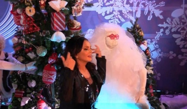 София Ротару упала под елку на российском ТВ (фото, видео)