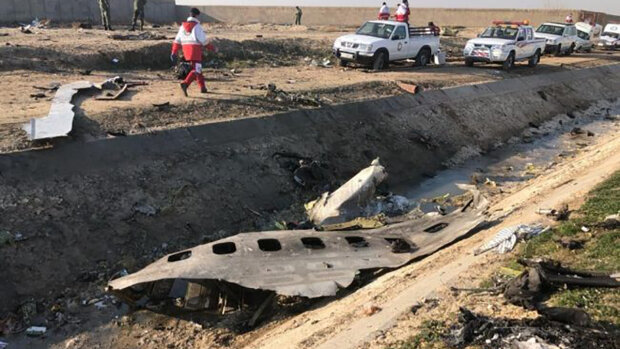 Обломки сбитого украинского самолета в Иране сгребают бульдозерами на свалку