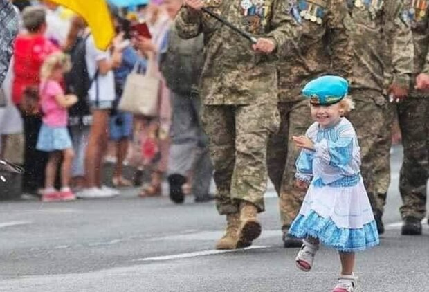 """Марш ветеранів у Києві очолила маленька принцеса в синьому береті, очі на мокрому місці: """"Переможемо заради них"""""""