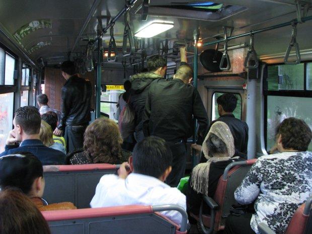 Готові були розірвати: відео масового побоїща в українському тролейбусі нажахало мережу