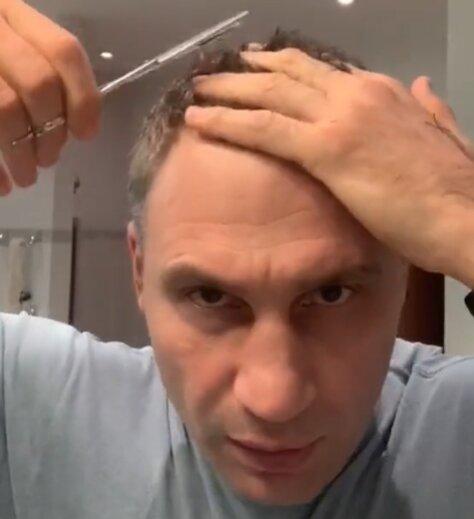 """Кличко с ножницами """"припудрил носик"""" в ванной и оставил парикмахеров без работы"""
