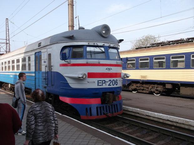 Укрзалізниця змусила пасажирів кидатися під колеса електрички: кадри дикого інциденту