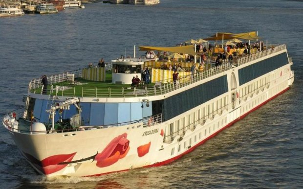 На Дунае загорелся роскошный лайнер: фото