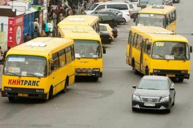 """Из-за маршрутчиков Киев рискует """"покраснеть"""": плевать на карантин, пассажиров - море"""