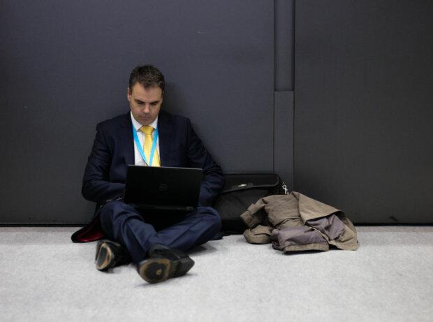 Чоловік з ноутбуком, фото: Getty Images